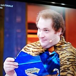 Emanuela Petroni presenta in TV su Canale Italia 11 Pietro Sciandra TIGRE di Avanti un Altro di PAOLO BONOLIS e LUCA LAURENTI,  divertente personaggio Mediaset di Canale 5
