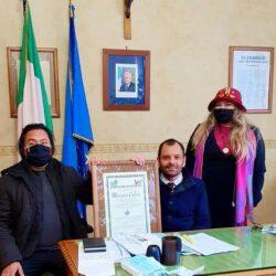 """Il Presidente della Provincia di Rieti Mariano Calisse e il Consigliere Delegato all'Ambiente Maurizio Ramacogi ricevono un importante riconoscimeno da """"PAESI UNITI della SABINA"""" consegnato da Emanuela Petroni"""